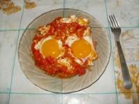 Яичница-глазунья с помидорами.