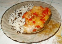Красная рыба, запеченная с ананасами и овощами