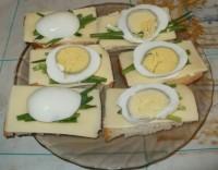 Весенние бутерброды с яйцом зеленым луком и сыром