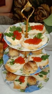Бутерброды с красной икрой Рябинка