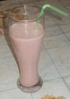 Клубнично-банановый молочный коктейль