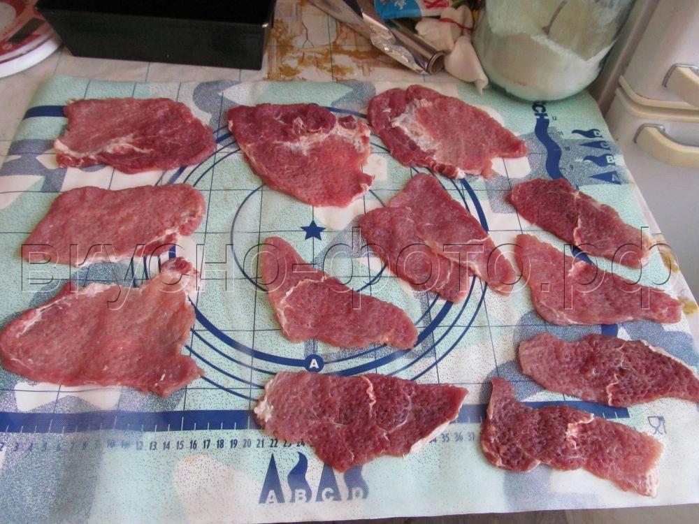 Двойные рулетики из отбивного мяса с сыром и луком