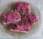 Бутерброды со свеклой и селедкой