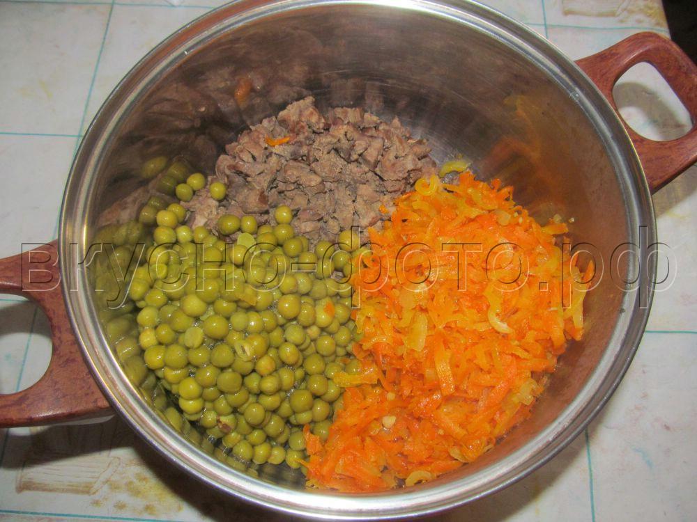 Салат с куриной печенью и зеленым горошком