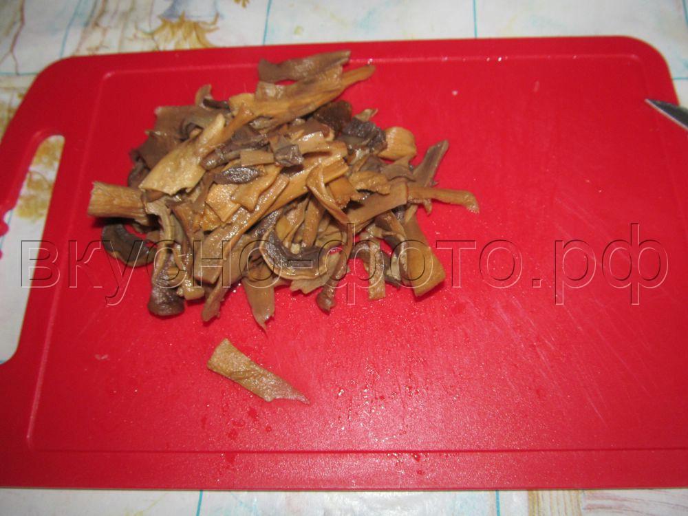 Мясной гуляш с грибами и сметаной