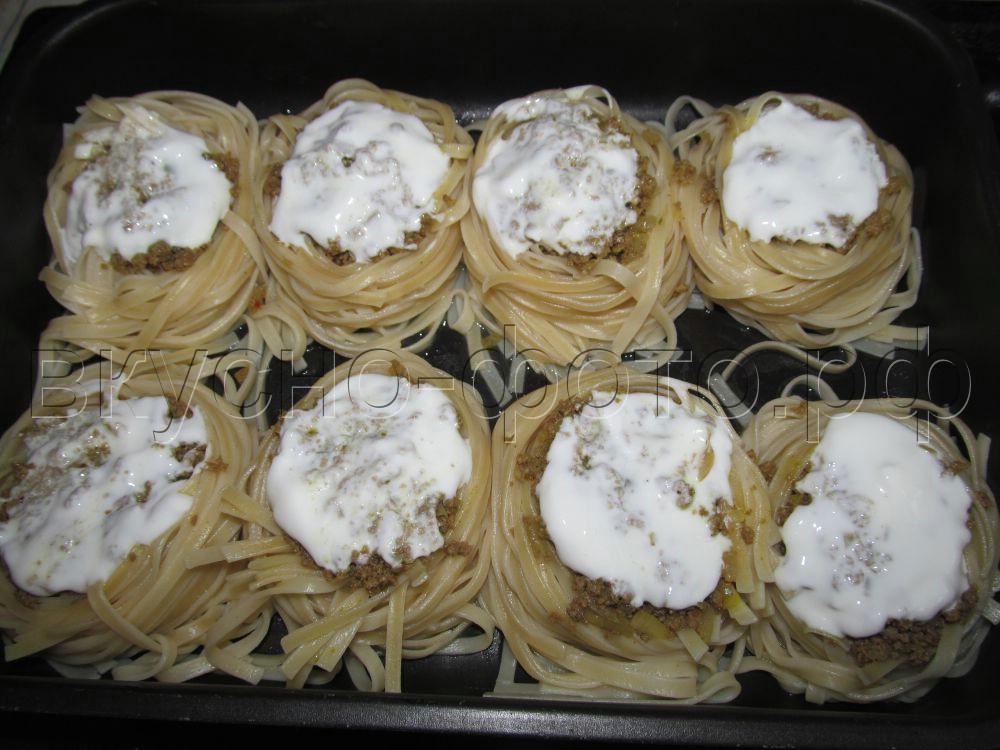 Гнезда из лапши с мясным фаршем