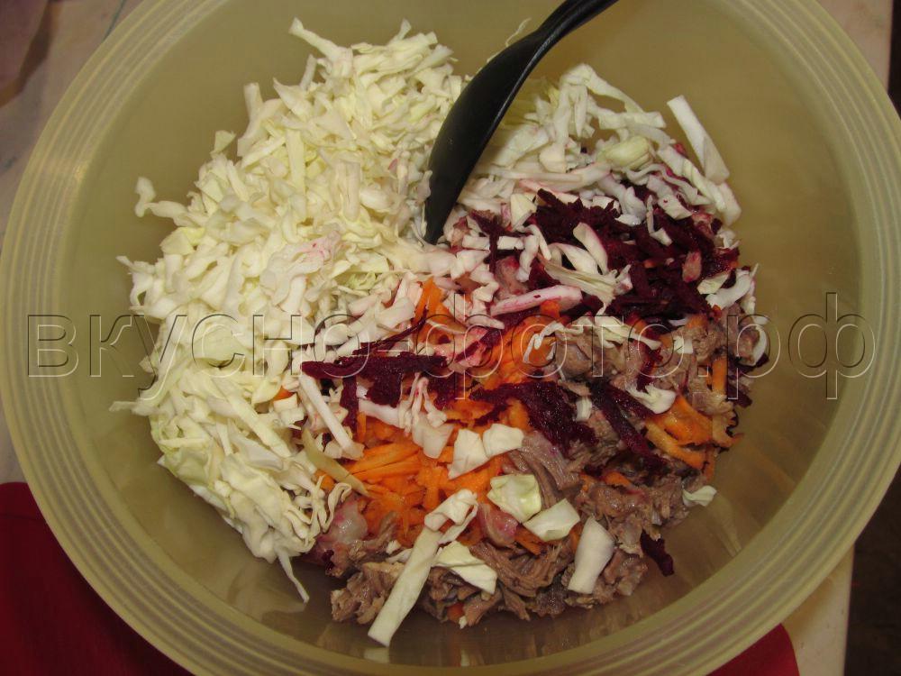 Салат с мясом и свежими свеклой морковью и капустой
