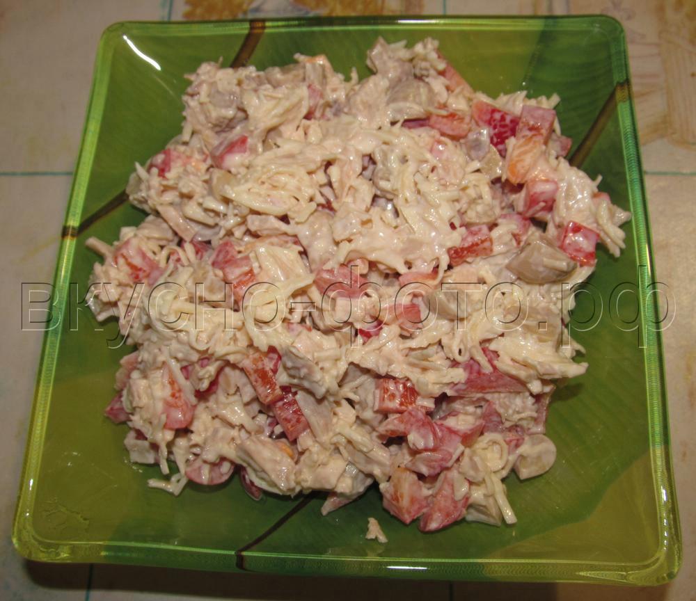Салат из вареной курицы с болгарским перцем и грибами