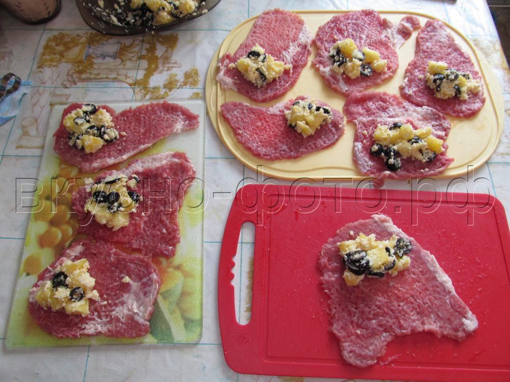 Мясные рулетики с ананасами маслинами и сыром