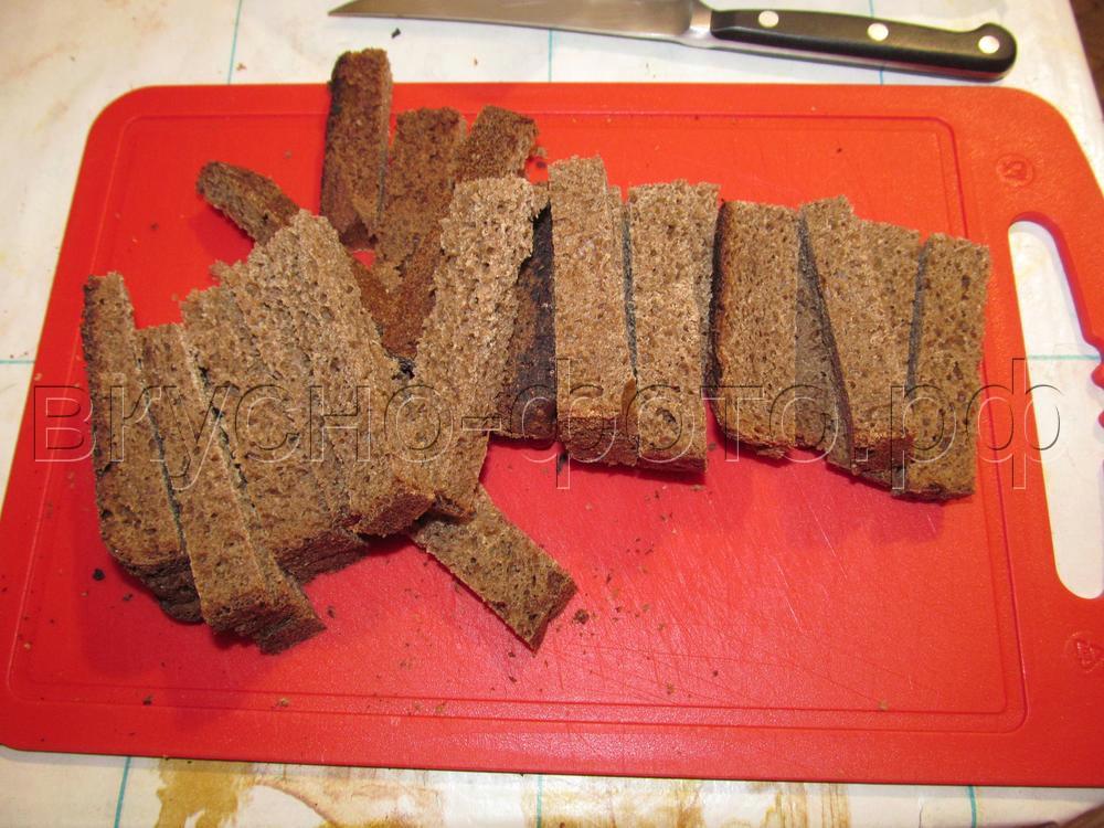 Чесночные гренки из черного хлеба к пиву