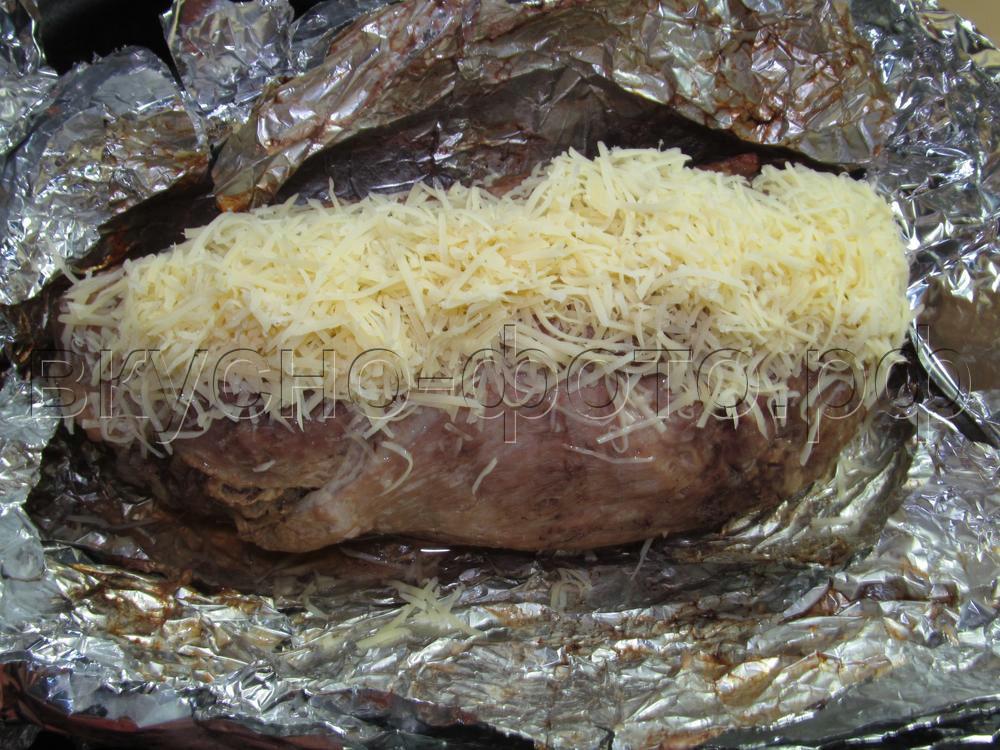 Рулет из свинины с грибами и сыром