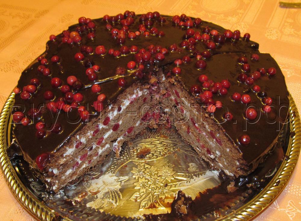 Шоколадный торт с брусникой