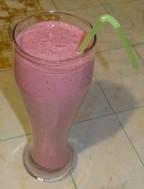 Молочный вишнево малиновый коктейль