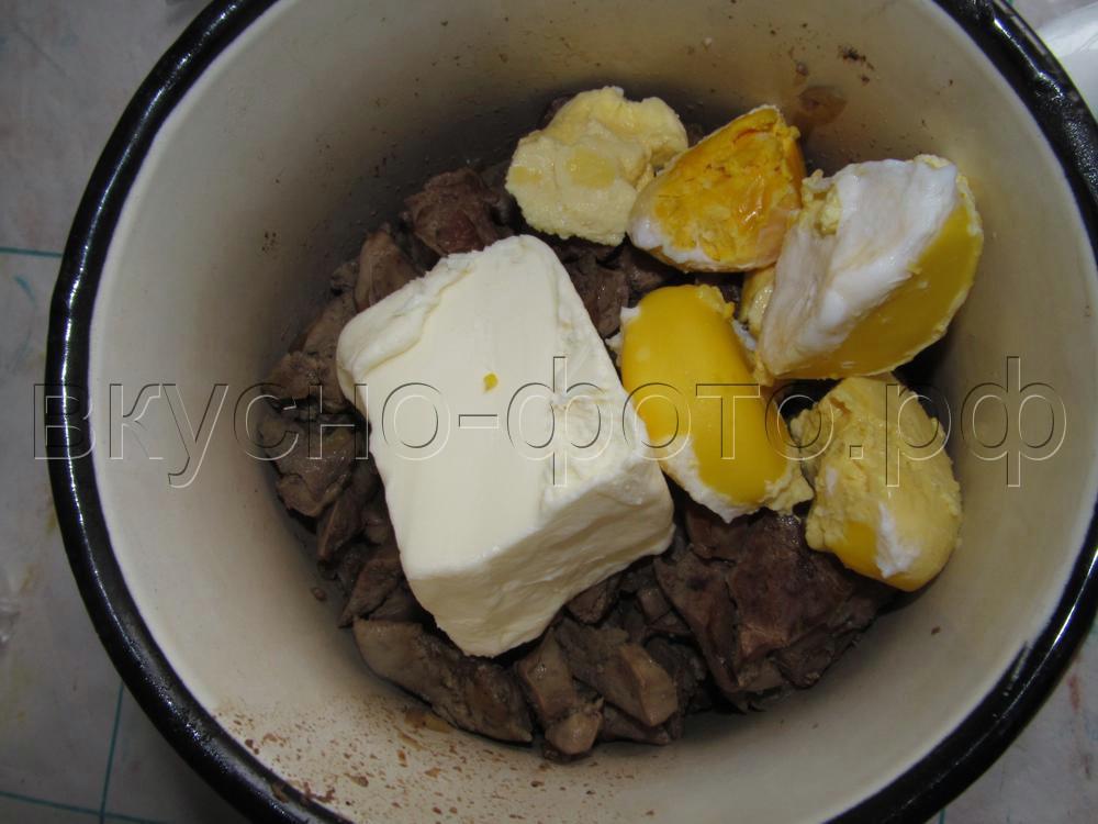 Рулет из печеночного паштета со сливочным маслом