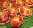 Горячие бутерброды с колбасой помидорами и сыром