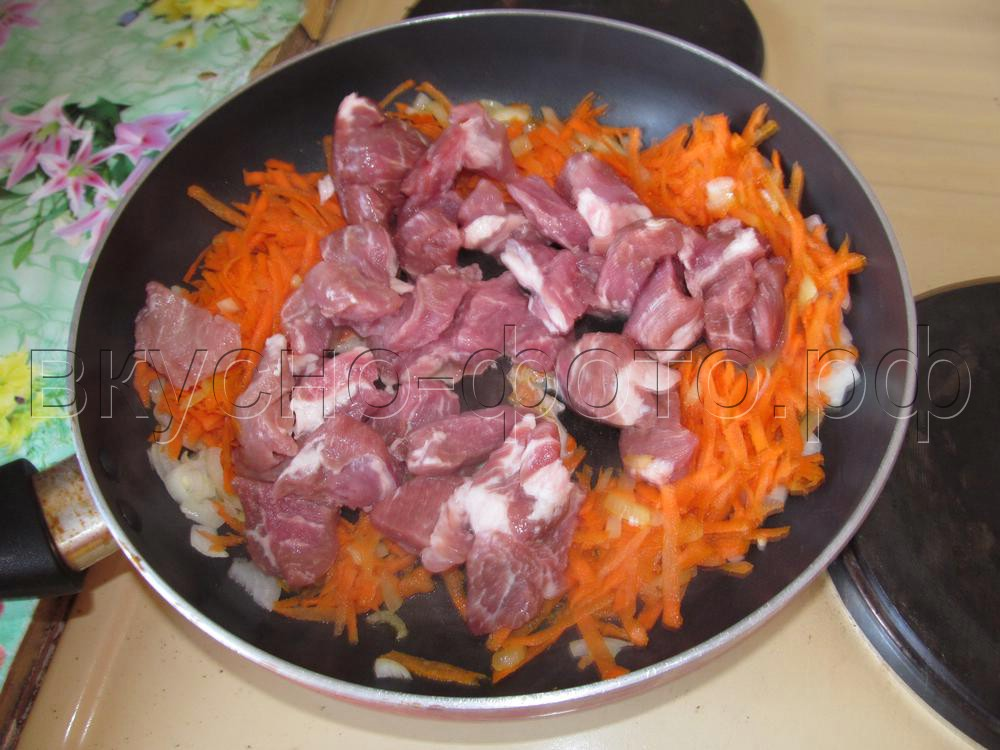 Свежая капуста тушеная с мясом в горшочке