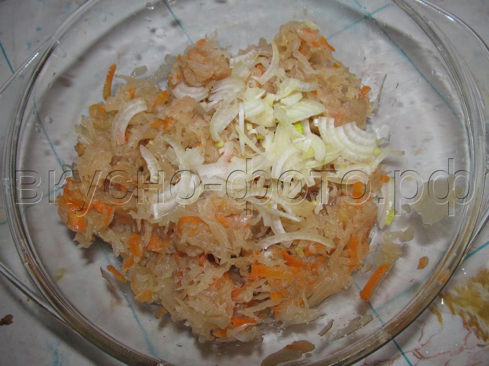 Салат из квашеной капусты с луком