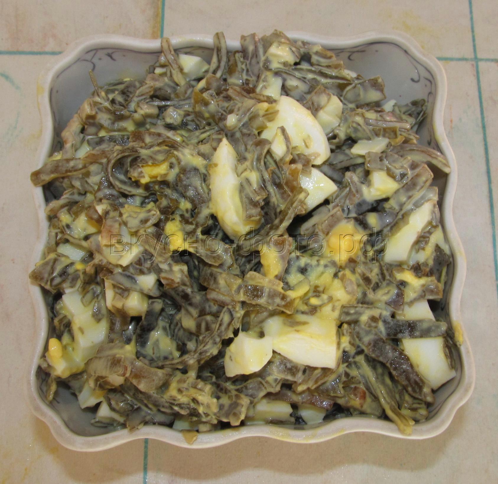 Салат из морской капусты с вареным яйцом
