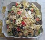 Салат из вареного мяса пекинской капусты и маслин