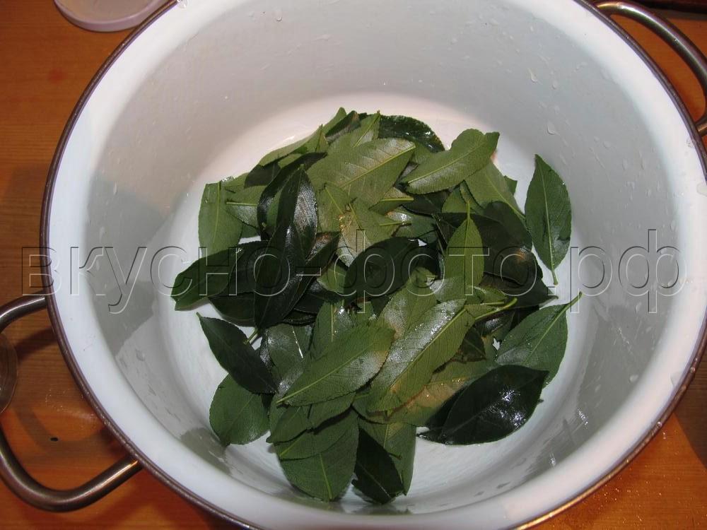 варенье из крыжовника в сиропе с вишневыми листьями