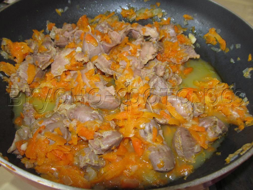 Куриные желудочки тушеные с морковью и луком