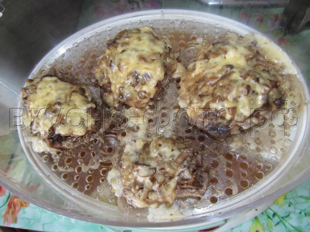 Говядина с грибами и сыром на пару