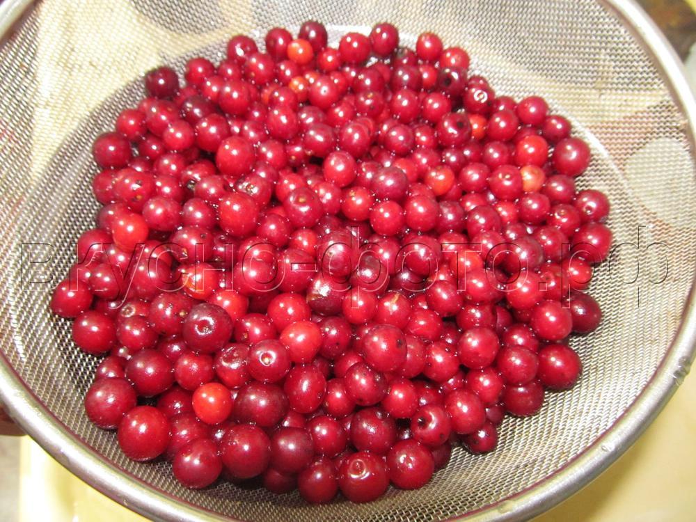 Компот из сиропа с вишневыми листьями красной черемухи и малины