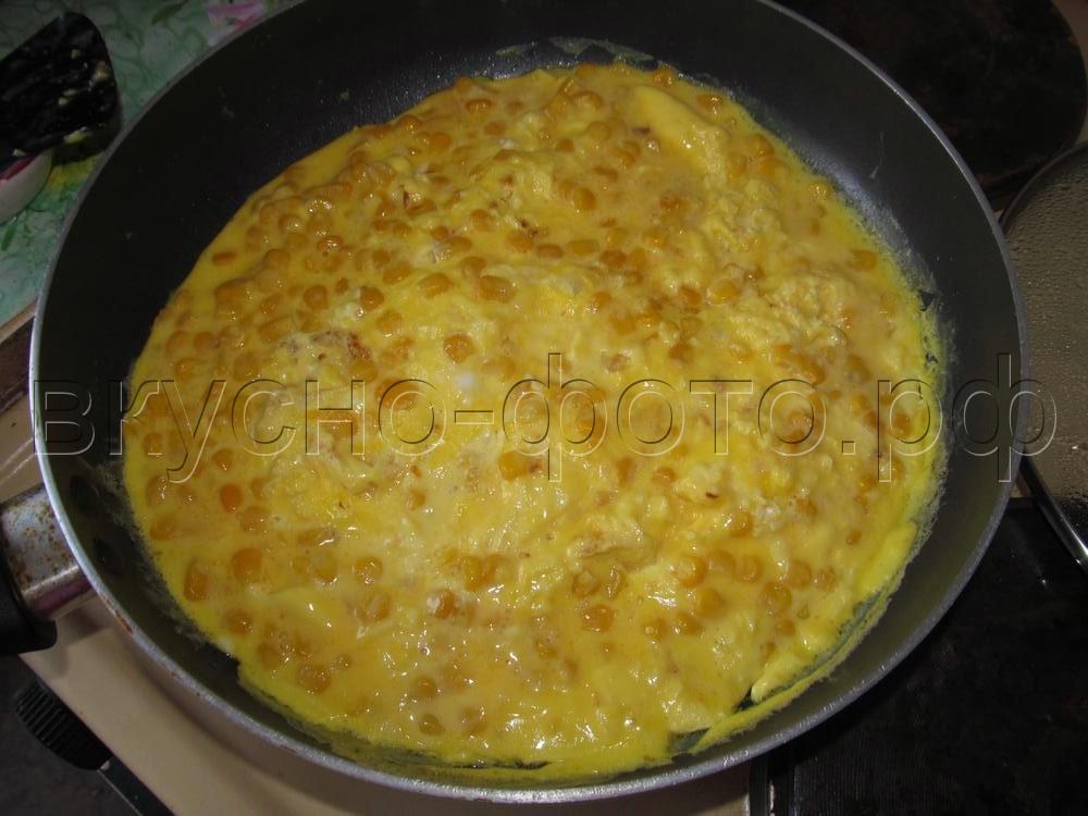 Омлет с консервированной кукурузой