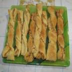 Слоеные палочки с колбасным сыром