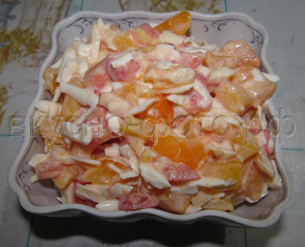 Салат из помидор с колбасным сыром