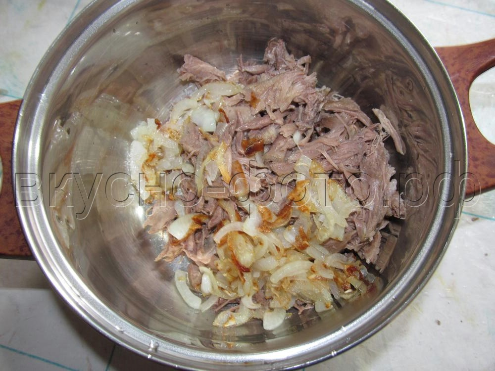 Салат из вареного мяса с дайконом и блинчиками