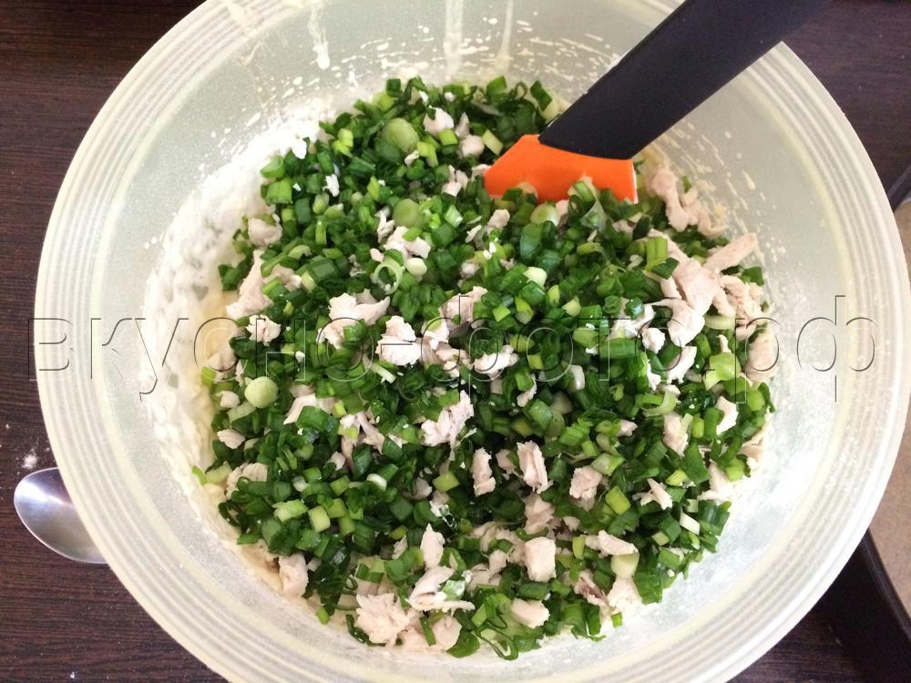 Заливной пирог с курицей и зеленым луком