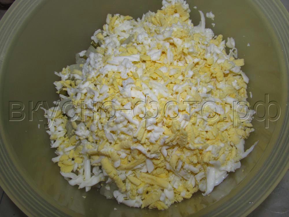 Салат из кальмаров с горошком и вареными яйцами