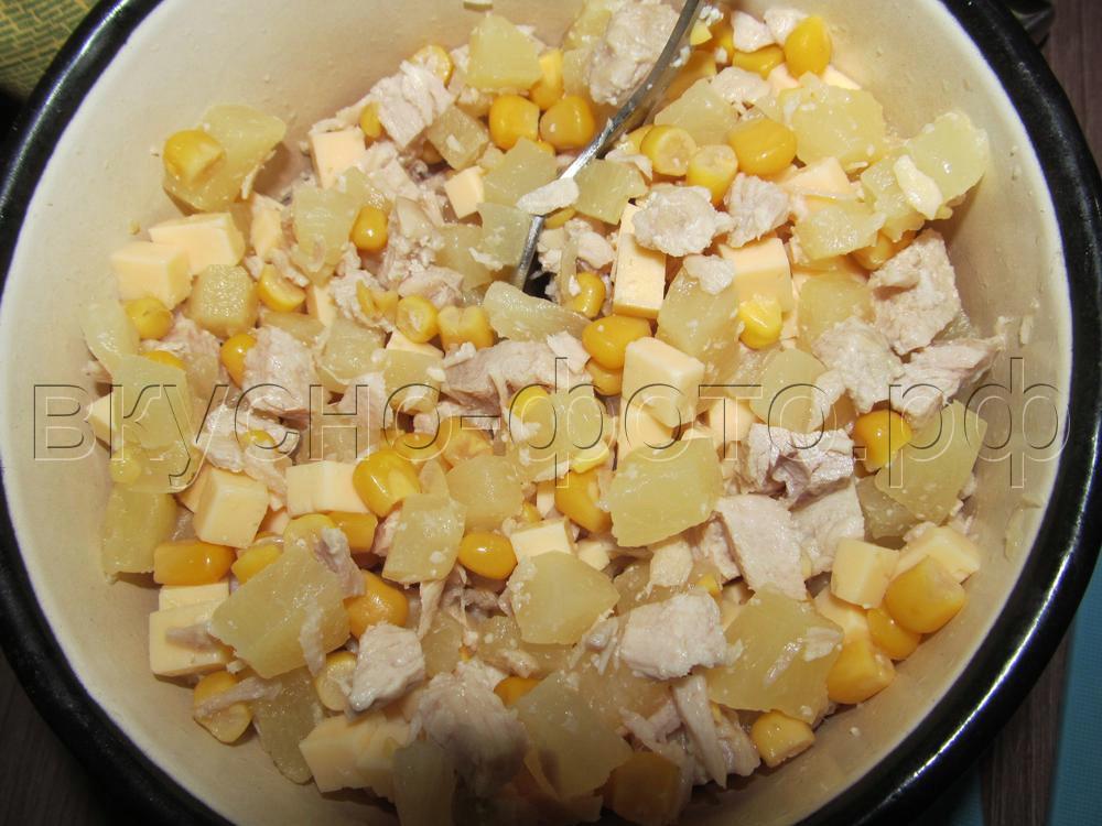 Салат с индейкой кукурузой и ананасом