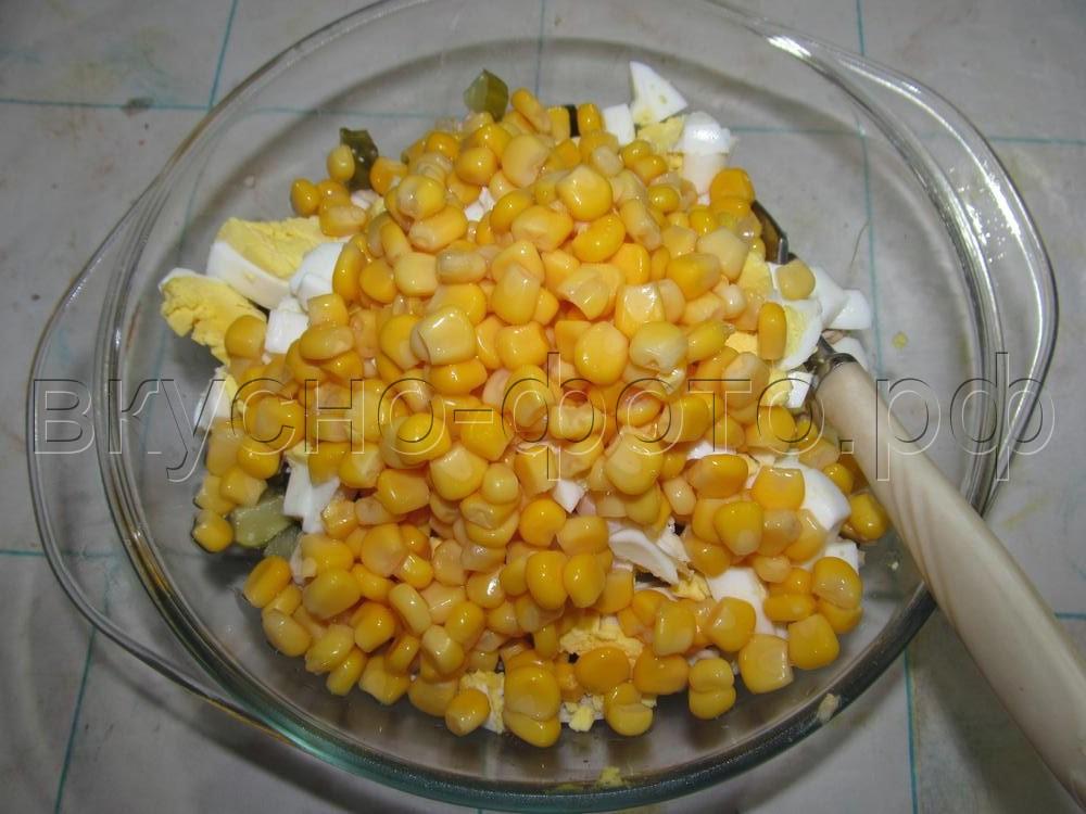 Салат из вареного мяса яйца соленых огурцов и кукурузы