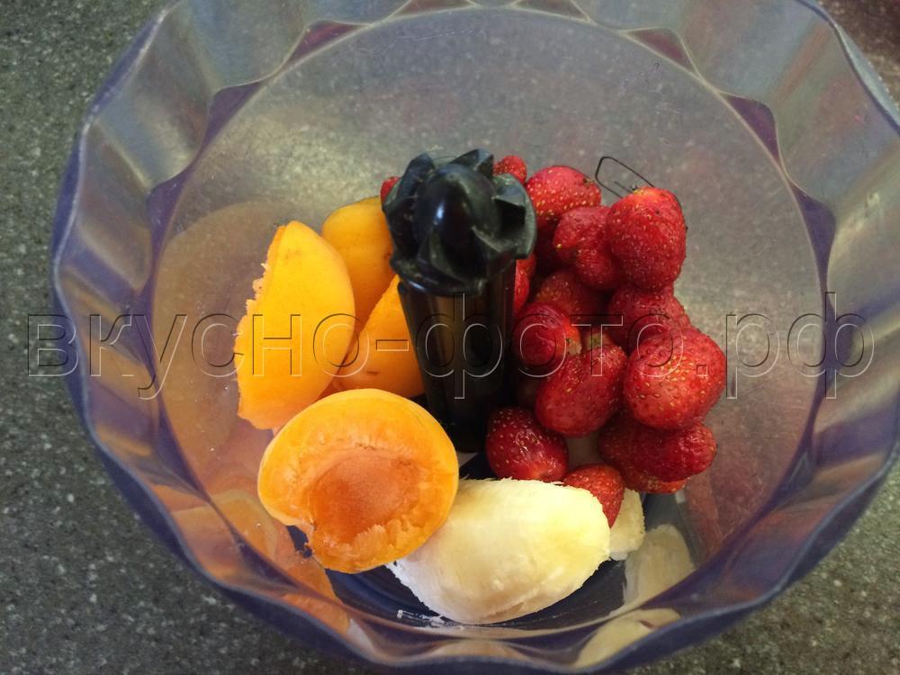 Клубнично-бананово-абрикосовое смузи